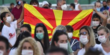 epa08539540 Supporters of the ruling SDSM party wearing protective face masks, attend the main election campaign rally in Skopje, Republic of North Macedonia, 10 July 2020. North Macedonia will hold elections on 15 July.  EPA-EFE/GEORGI LICOVSKI