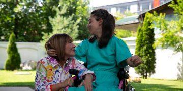 Мила Царовска со Дени Жерновска, ученичка со атипичен развој (извор: ФБ страница на Мила Царовска)