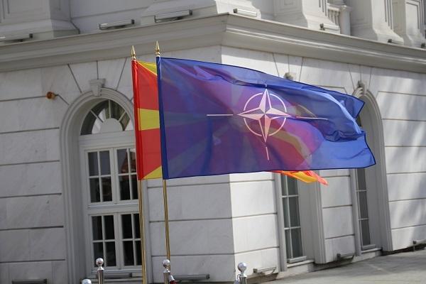 НАТО и македонско знаме