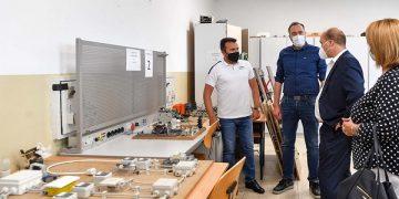 """Премиерот Заев во реконструираното училиште """"Наум Охридски"""" во Охрид"""