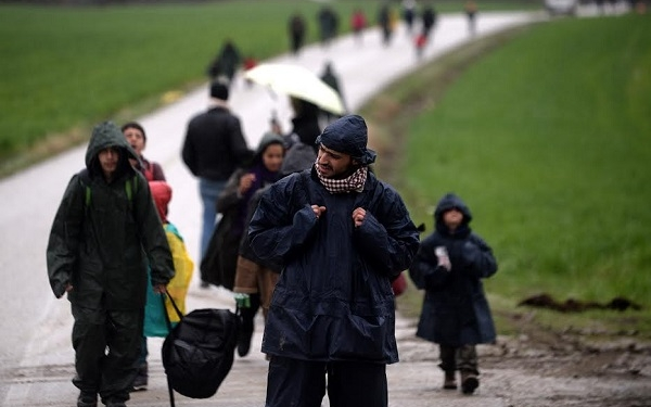 Migrants who want to cross the border return back to camp,  near Idomeni, northern Greece, 15 March 2016. Greece has registered in its territory more of 44,000 migrants trapped due to entry restrictions already imposed by Macedonia in recent months, by denying entry to all those who are considered economic migrants, prohibiting the passage of Afghans, and finally denying entry to all Syrians and Iraqis who are not from combat areas.