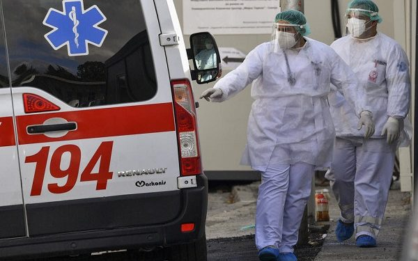 epa08740245 An ambulance carrying patient infected with COVID-19, arrives to the University Clinic for Infectious Diseases in Skopje, Republic of North Macedonia, 13 October 2020. The number of newly infected COVID-19 patients in North Macedonia has been on the rise in the past ten days.  EPA-EFE/GEORGI LICOVSKI