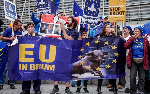 epa07907040 Anti-Brexit demonstrators stand in front of the European Commission to claim to stop the Brexit in Brussels, Belgium, 09 September 2019.  EPA-EFE/STEPHANIE LECOCQ