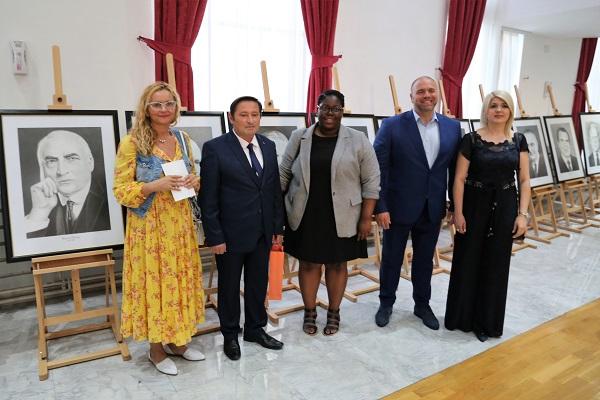 Уметникот Борче Тодороски со претставниците од Амбасадата на САД, градоначалникот на Куманово, Максим Димитриевски, и неговата сопруга Надица Димитриевска. (фото: ЦИВИЛ)