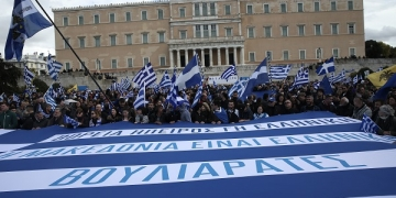 People are demonstrating in Syntagma square to protest a name deal with the neighboring FYROM, under the so-called Prespes agreement, where Greece's neighbor will change its name to Republic of North Macedonia, in Athens, Greece on January 20, 2019. / Κόσμος διαδηλώνει στην πλατεία Συντάγματος, κατά της Συμφωνίας των Πρεσπών με την οποία η ΠΓΔΜ θα αλλάξει το όνομά της σε Δημοκρατία της Βόρειας Μακεδονίας, Αθήνα, 20 Ιανουαρίου 2019.