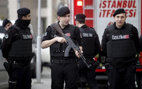 Turkish riot police stand guard in front of the Justice Palace in Istanbul March 31, 2015. REUTERS/Osman Orsal