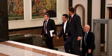Преговарачкиот тим на Премиерот Зоран Заев, ја напушти зградата на Собранието околу 3 часот по полноќ, по шестчасовни преговори со тимот на Христија Мицкоски од ВМРО-ДПМНЕ.