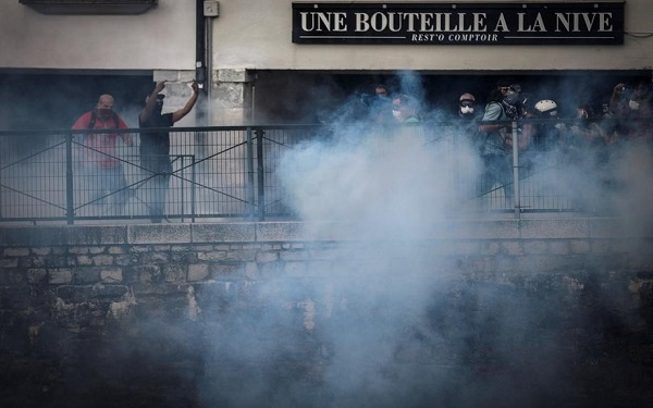 epa07791463 French anti-riot police clashes with protestors during an anti-G7 demonstration in Bayonne, near Biarritz, France, 24 August 2019, on the opening day of the G7 summit. The G7 Summit runs from 24 to 26 August 2019.  EPA-EFE/Javier Etxezarreta