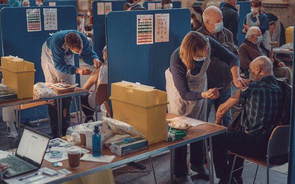 Вакцинација на возрасните лица во катедралата во Салсбери, Англија.
