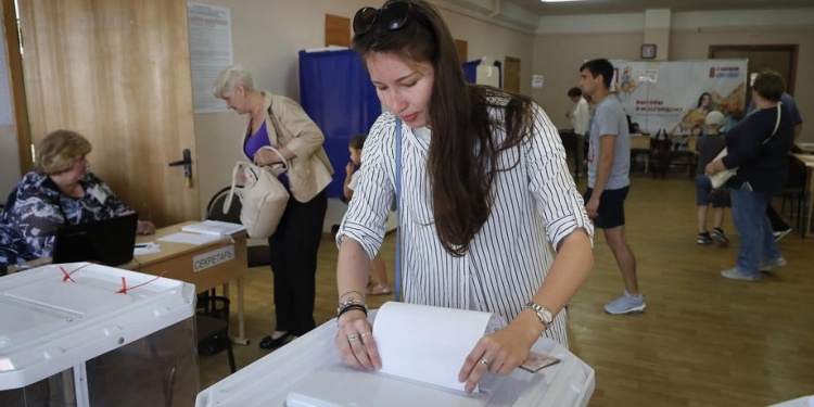 epa07827482 A woman votes at the polling station during the Moscow City Duma elections in Moscow, Russia, 08 September 2019. The Moscow municipal elections have been dogged by controversy after several opposition candidates were barred from standing in the city elections.  EPA-EFE/YURI KOCHETKOV