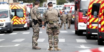 epa07891618 Military forces establish a security perimeter near Paris police headquarters after a man has been killed after attacking officers with a knife in Paris, France, 03 October 2019. According to reports, a man was killed after attacking officers with a knife. Two officers were injured in the incident.  EPA-EFE/IAN LANGSDON