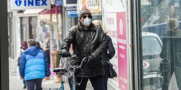 "A man wear a mask  while rides a bicycle through a street in Skopje on December 4, 2018. The World Health Organization listed Skopje as ""the most polluted capital in Europe"". / AFP / Robert ATANASOVSKI"